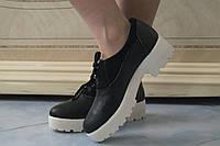 Женские стильные черные кожаные туфли на белой тракторной подошве  . Арт-0425