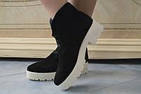 Женские стильные черные замшевые ботинки на белой тракторной подошве  . Арт-0427