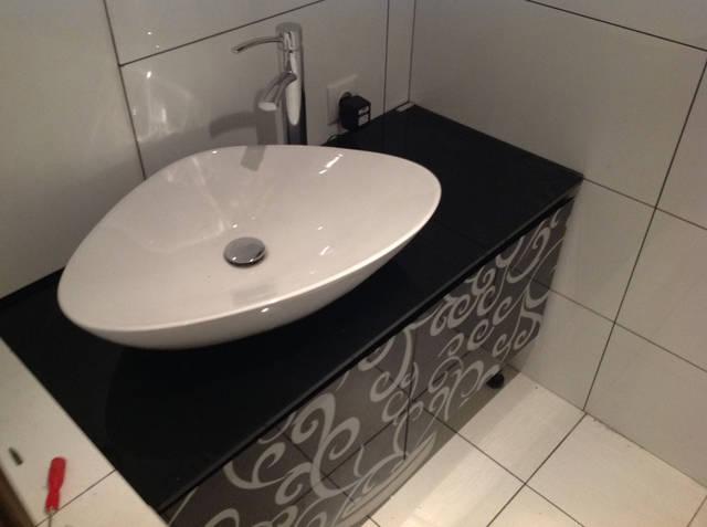 Заказчик хотел добиться чистой воды в ванной комнате, но строго ограничил место под фильтровальное оборудование. И попросил уместить все...в тумбочке под мойкой