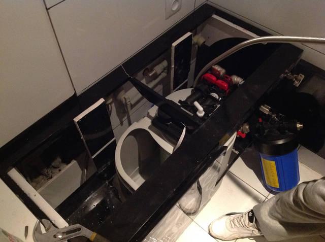 Было принято решение об установке кабинета-умягчителя Denver 6, Puricom (Испания), который бы умягчал воду. Так как источник воды в квартире - вода горводоканала, перед умягчителем установили сорбционный картриджный фильтр.