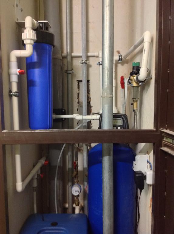 В качестве фильтра механической очистки мы установили самопромывной фильтр Honeywell, выполняющий также функцию редуктора давления.   А также умягчитель баллонного типа и фильтр ВВ20 с угольным картриджем для финишной обработки воды