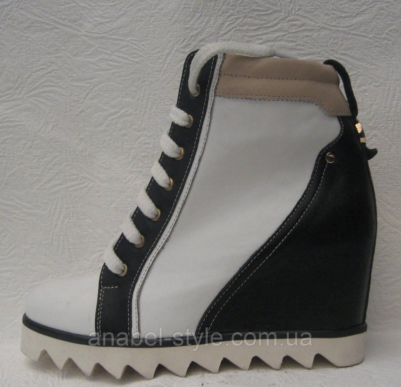 Сникерсы женские стильные на шнуровке на танкетке Код 105.к