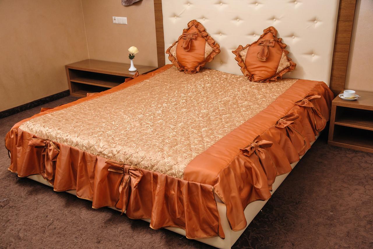 Покрывало на три рюши коричневое с подушками