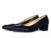 Туфли на широком каблуке с закругленными носками из фактурной темно-синей кожи