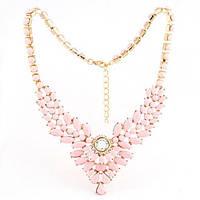 Нарядное праздничное украшение на шею со стразами и камнями в нежно розовом цвете