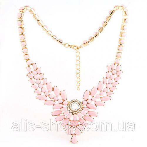 Нарядное праздничное украшение на шею с переплетением золотистых  цепей, страз и камней в малиновом цвете