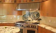 Стеклянный кухонный фартук фигурный из узорчатого стекла