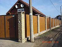 Заборы из профлиста с кирпичными столбами и ленточным фундаментом