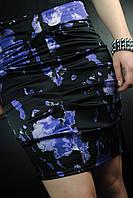 Черная юбка в синих цветах