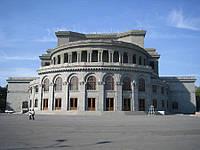 Облицовка фасада здания плиткой из базальта