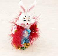 Заяц модник с красным боа 115х60мм