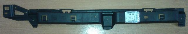 Кронштейн (направляющая , опора) крепления заднего бампера центральный (центральная) чёрный пластиковый GM 1404863 24460363 OPEL Astra-H 5 door hatch