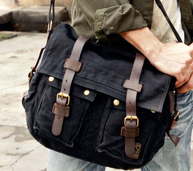 Парень с черной сумкой-мессенджером Scotton.