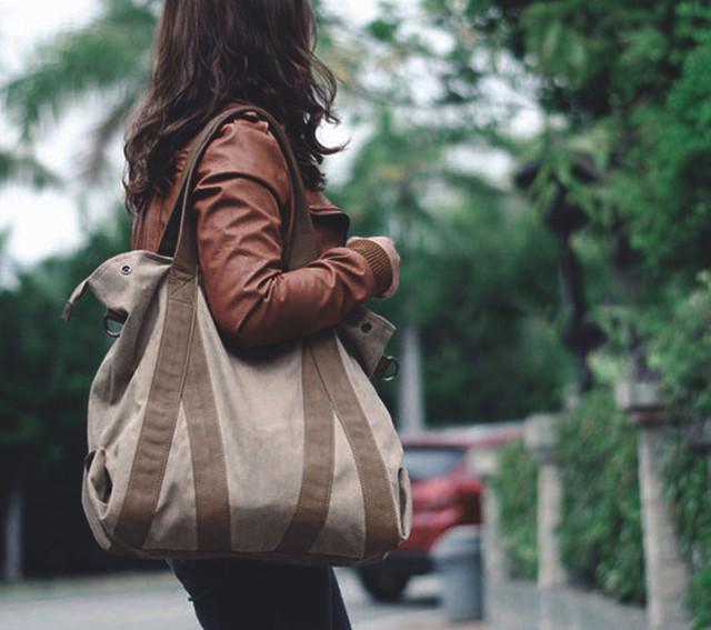 Девушка с сумкой-шоппер Scotton.