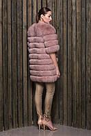 Шуба продольного покроя с короткими рукавами пошита из финского песца, окрашенного в пастельный цвет «