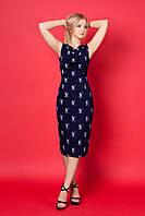 Стильное трикотажное платье с модным принтом.