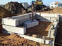 Монтаж фундаментного блока 400мм.