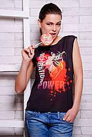 Модная футболка в черном цвете с красочным дизайнерским принтом на передней полочке
