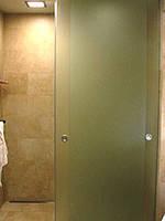 Душевая перегородка с раздвижными дверями.