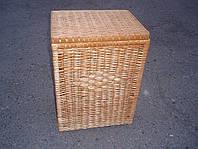 Бельевая корзина прямоугольная, плетенная из лозы.