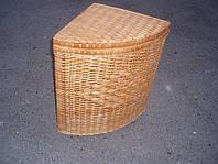 Бельевая корзина угловая, плетенная из лозы.