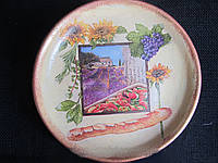 Тарелка сувенирная декорирована в технике декупаж