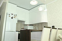 Кухня белая с крашеными фасадами и скрытой ручкой