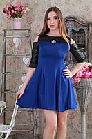 Приталенное стильное платье с расклешенной юбкой и кожаными рукавами, синее.