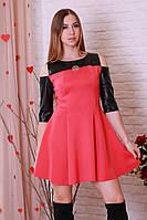 Короткое стильное платье с расклешенной юбкой и кожаными рукавами.