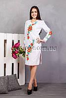 Женское вышитое платье белого цвета.