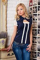 Женская нарядная рубашка темно-синего цвета с коротким рукавом, украшена кружевом.
