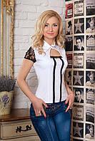 Женская нарядная рубашка белого цвета с коротким рукавом, украшена кружевом.