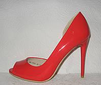 Туфли с открытым носком на шпильке лаковые красного цвета