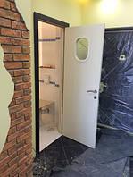 Двухцветная дверь с дополнительным обкладом, магнитным замком и скрытыми петлями.