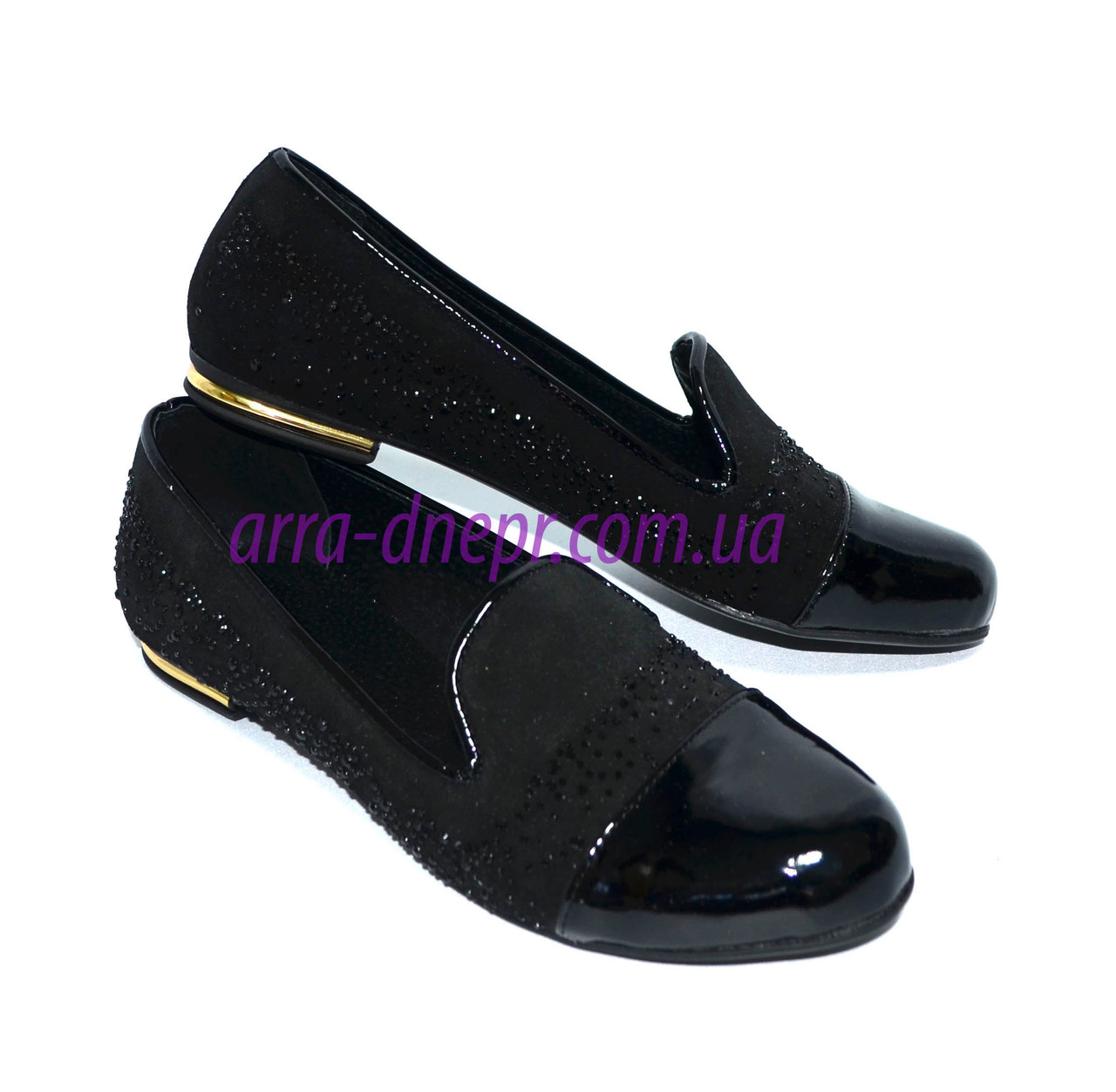 Женские туфли-балетки из натуральной замши и лаковой кожи, декорированы стразами.