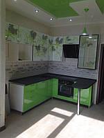 Кухня с рисунком на стекле