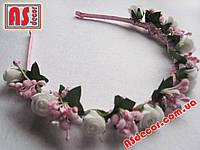 Обруч №01 из белых роз и розовых сложных тычинок