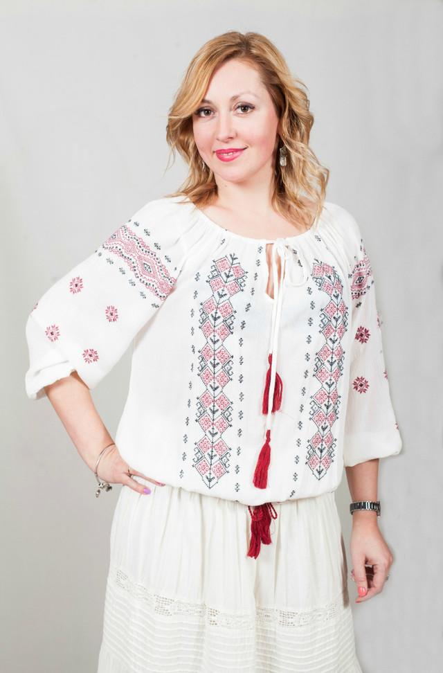 фотография женская блузка вышиванка белого цвета с красным орнаментом