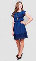 Женское платье с красивым кружевным украшением