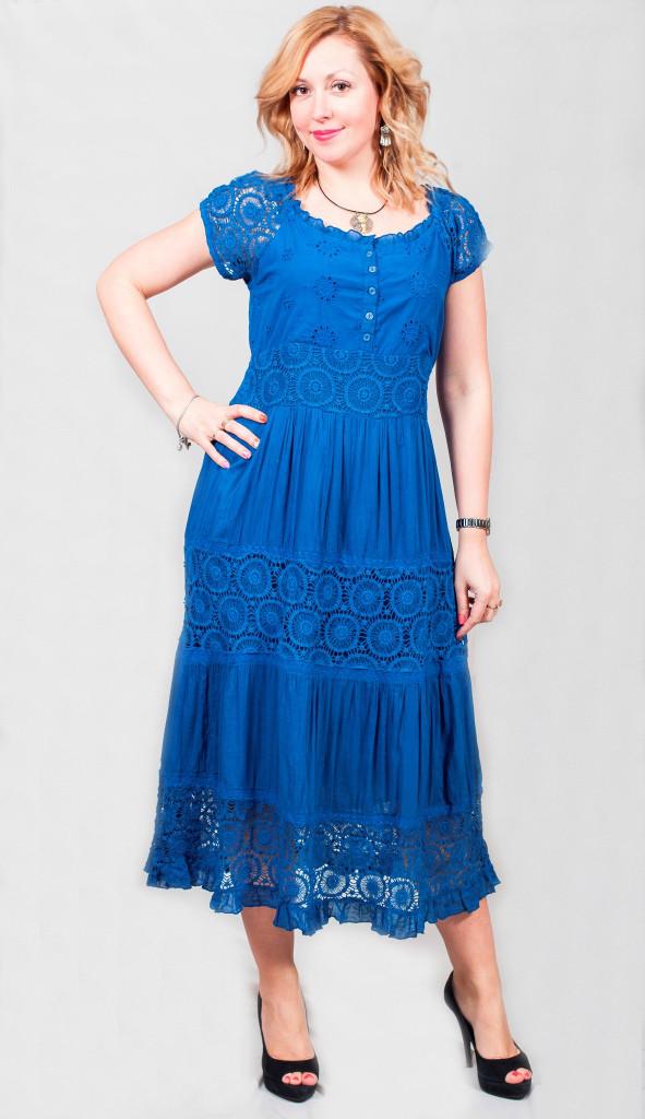 Довга жіноча сукня з мереживним рукавом