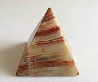 Из оникса пирамида (5,6 х 5,4 см.)