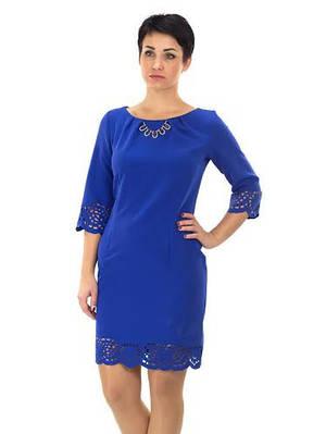 Нарядное синее женское платье с украшением