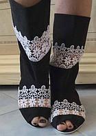Черно-белые тканевые сапожки со вставками макраме с открытым носком на плоской подошве