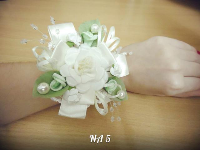 Белая бутоньерка на руку