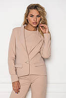 Женский пиджак в деловом стиле бежевого цвета
