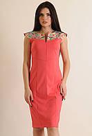 Платье женское приталеное миди длины с оригинальной застежкой на груди.