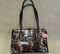 Женская сумка кожаная лаковая под рептилию фирмы Desisan