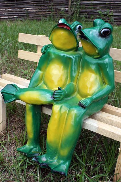 "Садовая фигура ""Лягушки на скамейке (м)"" H-30см"