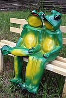 Фигура для сада Две жабы на лавочке малые