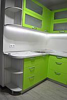 Стильная угловая зеленая кухня с крашеными фасадами